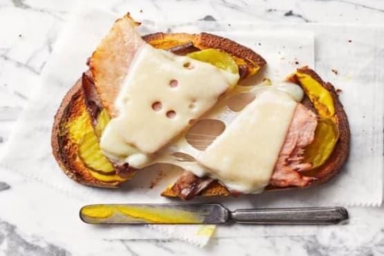 Сандвич с горчица и кисела краставичка - изображение