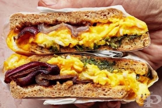 Сандвич с английски мъфин, яйца и червен лук - изображение