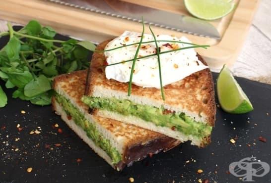 Препечени сандвичи с авокадо и яйце - изображение