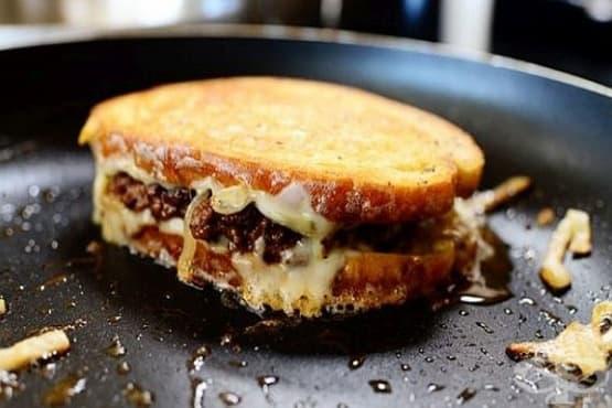 Топъл сандвич от ръжен хляб с говеждо кюфте - изображение