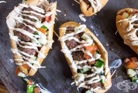 Сандвичи със салата, кюфтенца и млечна майонеза - изображение