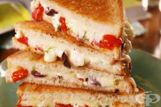Сандвич на тиган с маслини и печени чушки - изображение