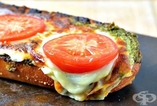 Сандвичи с песто от магданоз и риган с ементал и кашкавал - изображение