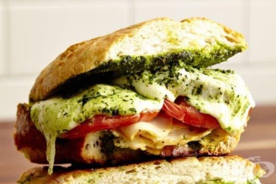 Сандвич с пуешко, моцарела и песто от кейл - изображение
