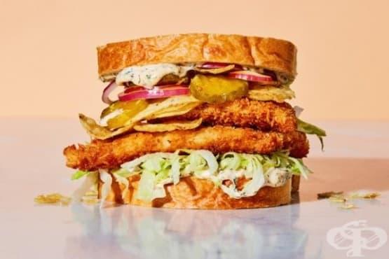 Сандвич с риба халибут и кисели краставички - изображение