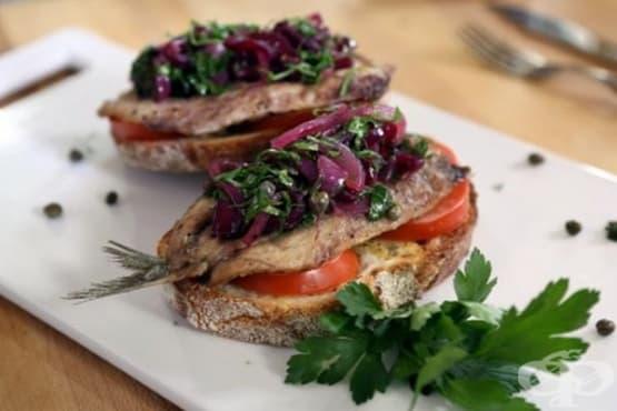 Сандвич със сардини и маринован червен лук - изображение