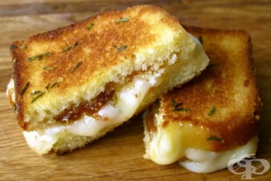 Сладък сандвич със сирене бри и смокини - изображение