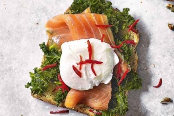 Сандвич с пушена сьомга, поширано яйце и кейл - изображение