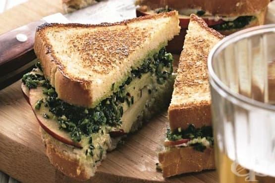 Топли сандвичи с пикантно сирене, ябълка и орехи - изображение