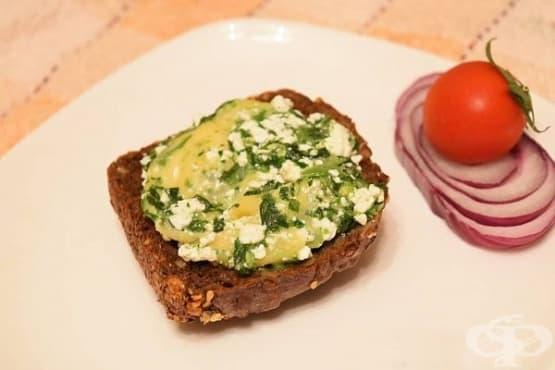 Топли пълнозърнести сандвичи с извара, кашкавал и спанак - изображение