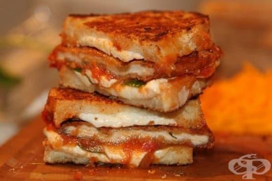 Топли сандвичи с панирано пилешко, моцарела и сос барбекю - изображение