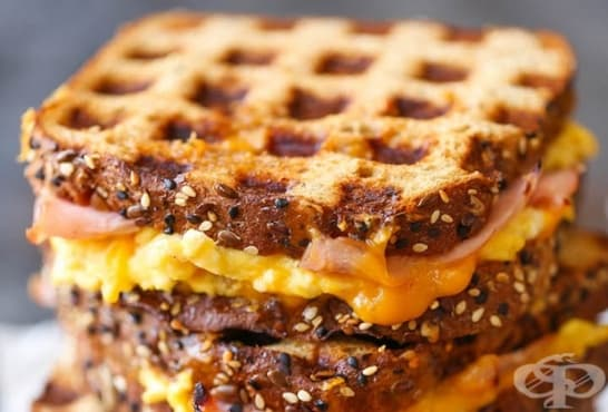 Хрупкави сандвичи с яйце, шунка и кашкавал в гофретник - изображение