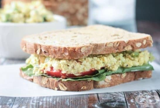 Пълнозърнести сандвичи със зелена салата, домати, яйце и сирене - изображение