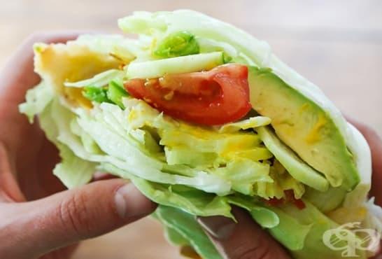 Сандвич от прясно зеле с пуешко, авокадо и домати - изображение