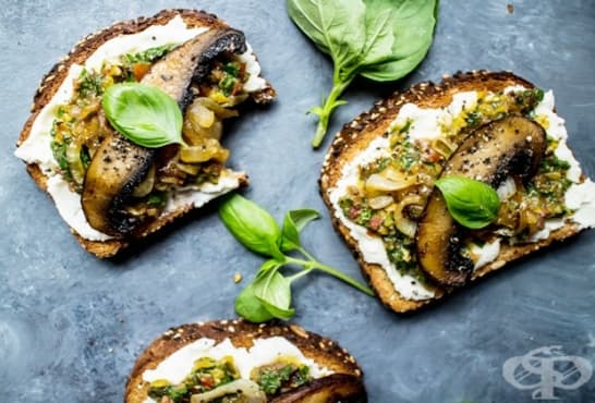 Здравословни сандвичи с песто, лук и гъби - изображение