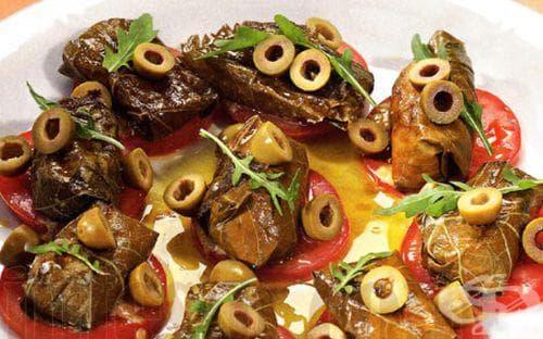 Запечени сарми от козе сирене с домати и маслини - изображение