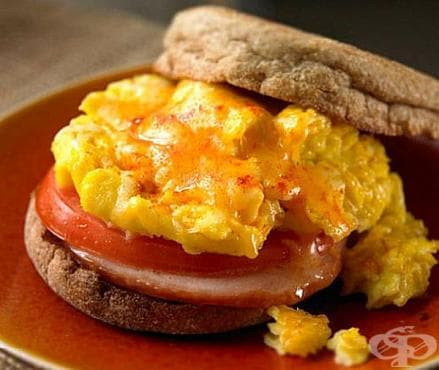 Сандвич Селска закуска с шунка, домат и яйце - изображение