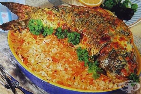 Печен цял шаран с ориз и кисело зеле - изображение