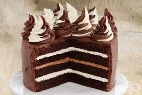 Шоколадова торта с крем от бял и черен шоколад - изображение