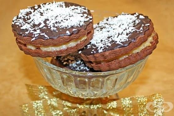 Двойни шоколадови бисквитки с млечен кокосов крем и глазура - изображение