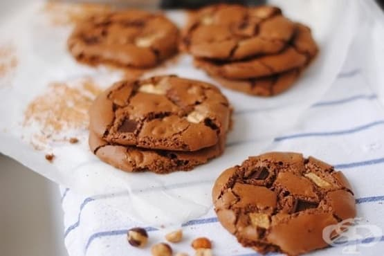 Бисквитки с три вида шоколад и лешници - изображение