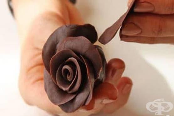 Как да си направим шоколадови розички за украса на торти - изображение