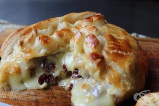 Запечено сирене бри с боровинки, обвито в бутер тесто - изображение