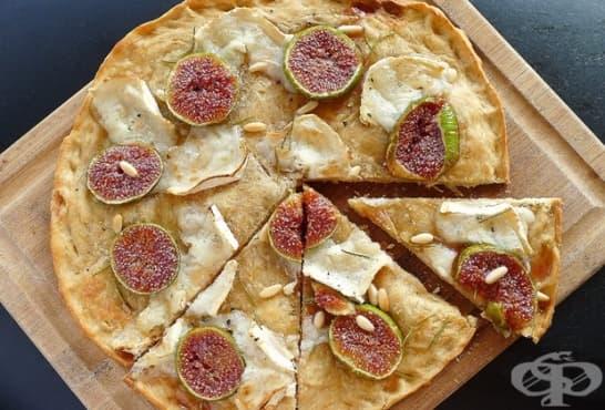 Хрупкава сладка пица със смокини и козе сирене - изображение