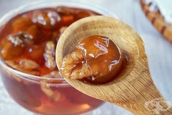 Сладко от грозде с орехи - изображение