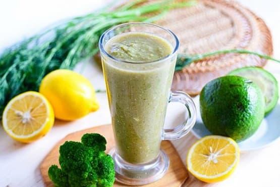 Зеленчуково смути с авокадо и броколи - изображение