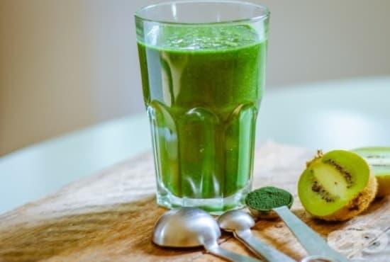 Зелено смути с банан, киви, спанак и спирулина - изображение