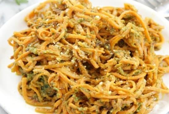 Спагети от червени картофи с песто от магданоз и риган - изображение