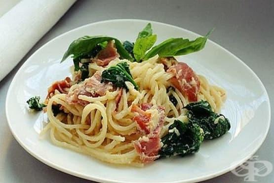 Спагети с бекон, спанак и пармезан - изображение