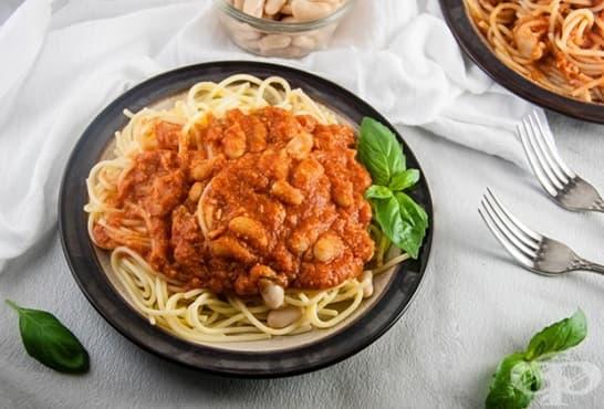 Спагети с боб и пикантен доматен сос с пармезан - изображение