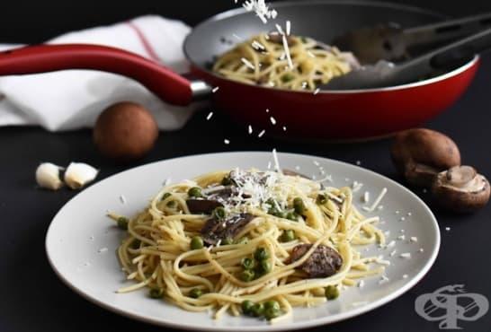 Спагети с чесново масло, гъби, грах и пармезан - изображение