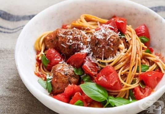 Спагети с кюфтета и пресни домати - изображение