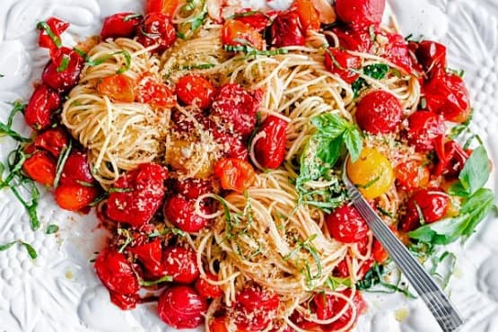 Спагети с печени чери домати, чеснова галета, пармезан и босилек - изображение
