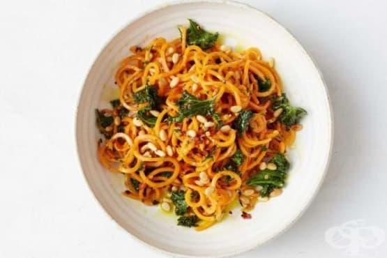 Спагети от сладки картофи с кедрови ядки - изображение