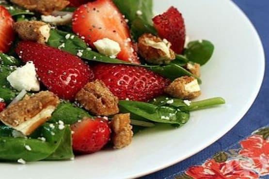 Салата от спанак с ягоди и орехи - изображение