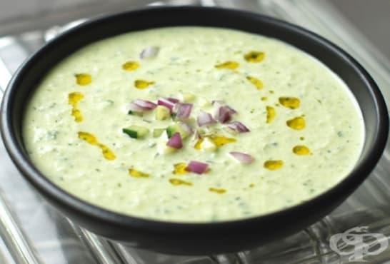 Студена млечна супа с краставица, мента и червен лук - изображение