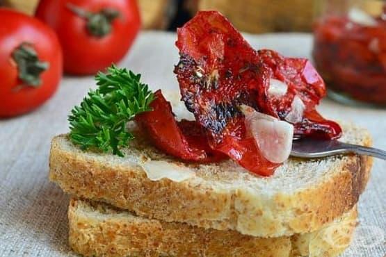 Сушени домати с чесън и подправки в микровълнова - изображение
