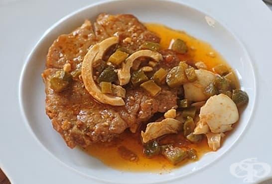 Свински пържоли в масло с яйца и кисели краставички - изображение