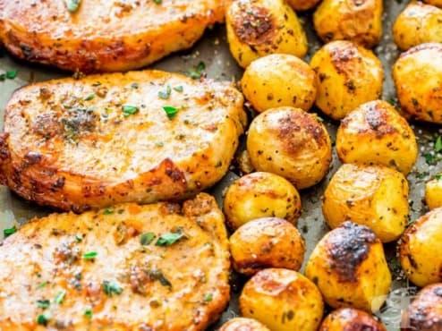 Свински пържоли с пресни картофи на фурна - изображение
