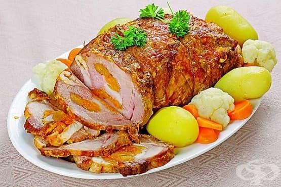 Руло от свинско месо с плънка от пилешко и сушени кайсии - изображение