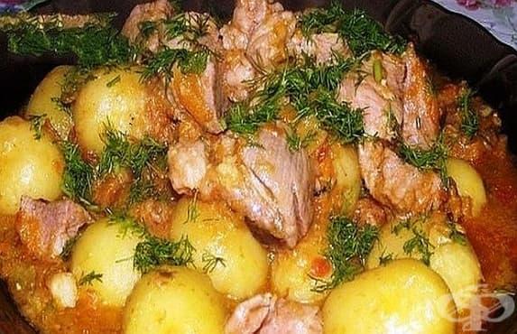 Задушено свинско с пресни картофи, тиквички и много чесън - изображение