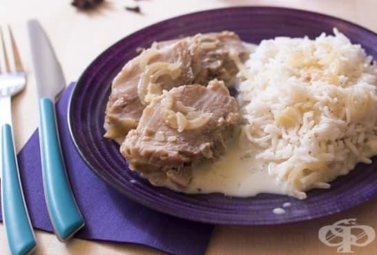 Свинско месо с ориз в сметанов сос - изображение