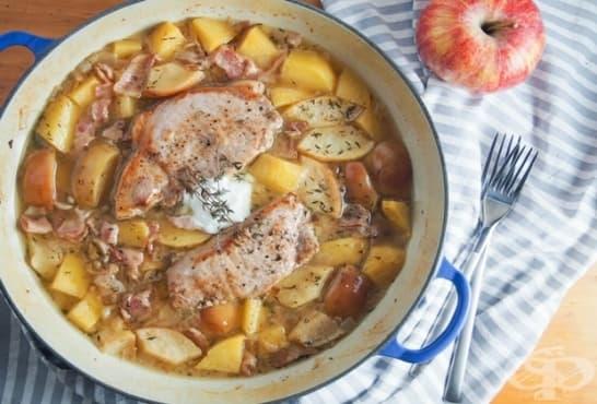 Свинско бон филе с ябълки, бекон и картофи на фурна - изображение