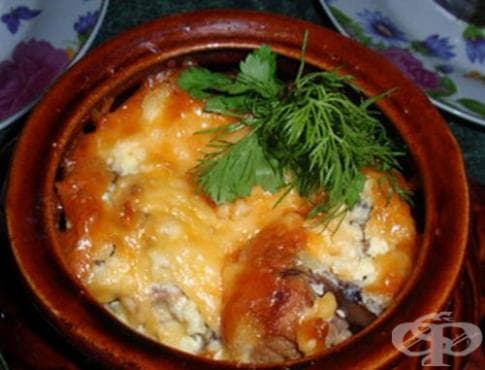 Свинско с картофи, гъби и доматен сос в гювече - изображение
