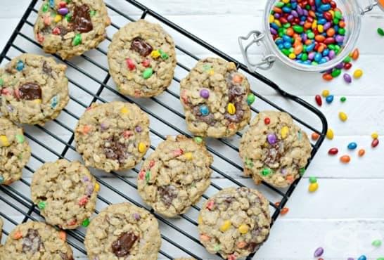 Таханови бисквитки с овесени ядки и цветни шоколадови дражета - изображение