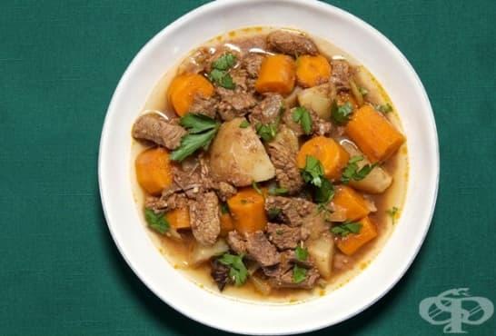 Задушено телешко с моркови, картофи и тъмна бира - изображение